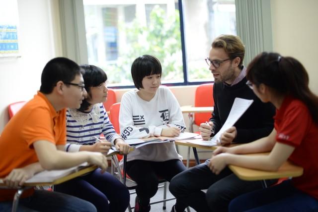 Người đi làm học với giáo viên bản ngữ