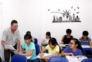 Bàn luận về việc cấm giáo viên bản ngữ gọi tên học sinh bằng tên tiếng Anh.