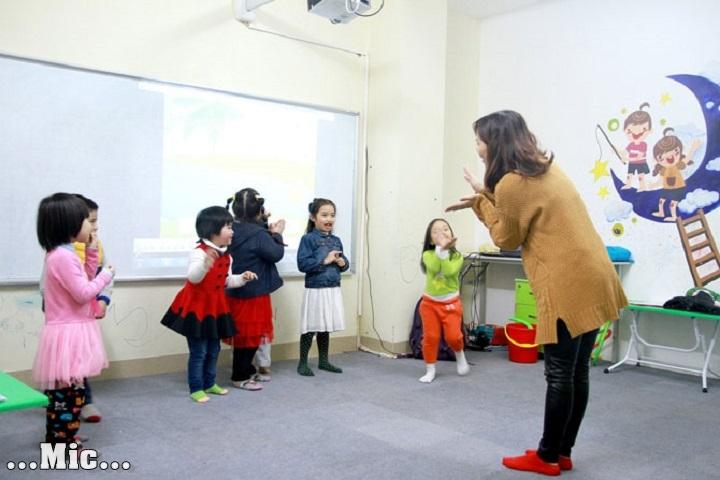 Âm nhạc rất quan trọng trong việc giáo viên tiếng anh dạy ngôn ngữ