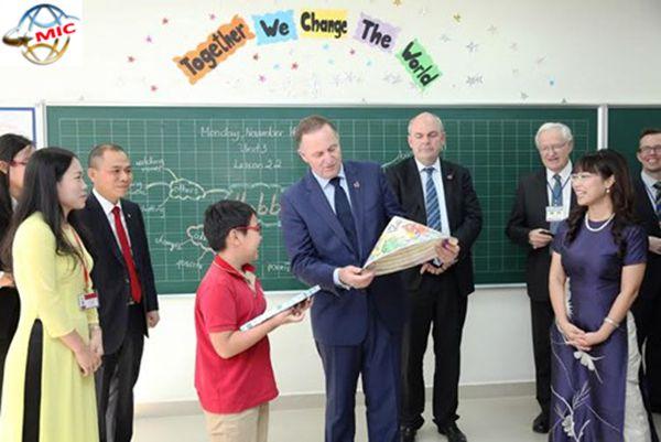 Nghịch cảnh lương dạy tiếng Anh của giáo viên nước ngoài và giáo viên người Việt