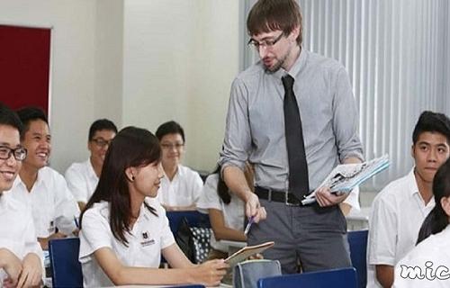 (Tiếng Việt) Học vẹt, học thụ động, được dạy một cách máy móc nên học sinh học Tiếng Anh và trả lời các câu hỏi y hệt nhau, chả khác gì một con robot.