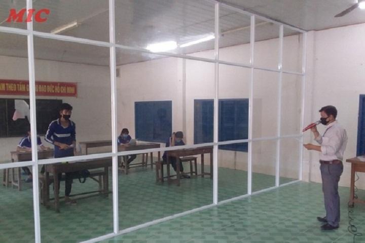 Thầy cô giáo viên vượt hàng chục km dạy học cho sinh viên Campuchia về cách ly