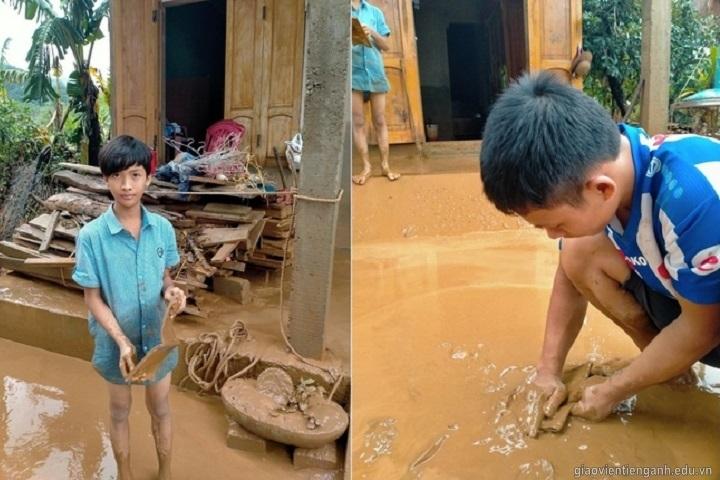 Học sinh tại Quảng Trị vớt sách vở trong bùn sau cơn mưa lũ